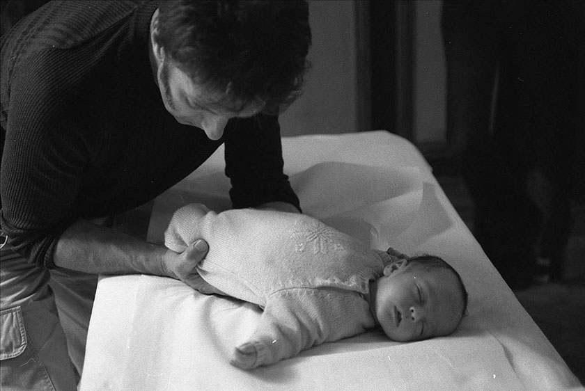 manipulation ostéopathe sur un torticolis de bébé