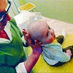 bébé de 5 mois présentant un torticolis