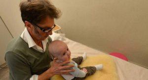 séance de kiné sur le crâne d'un bébé
